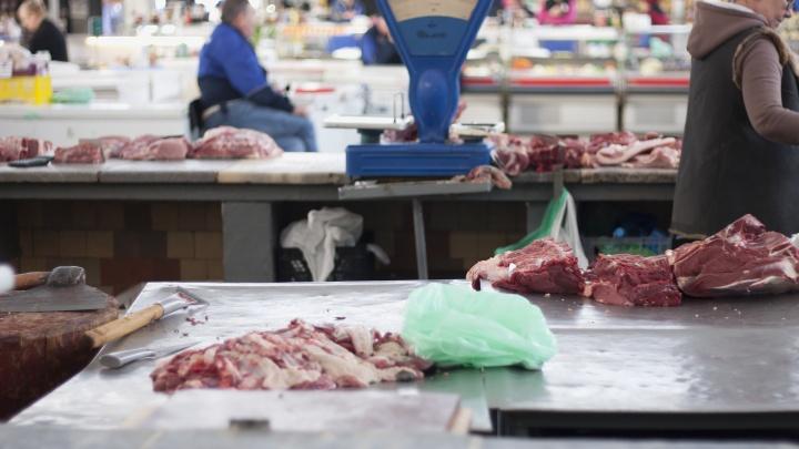 На Кубани инспектор ветконтроля за взятку разрешил торговать мясом без документов