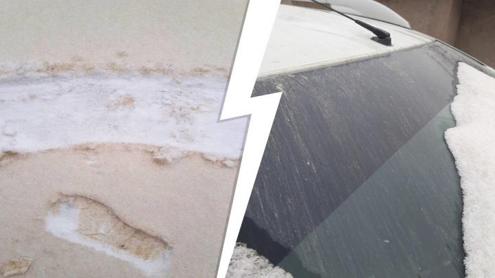 В Самарской области выпал желто-коричневый снег