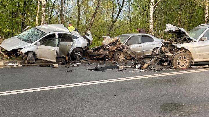 «Движок посреди проезжей части»: в Ярославле жестко столкнулись три автомобиля