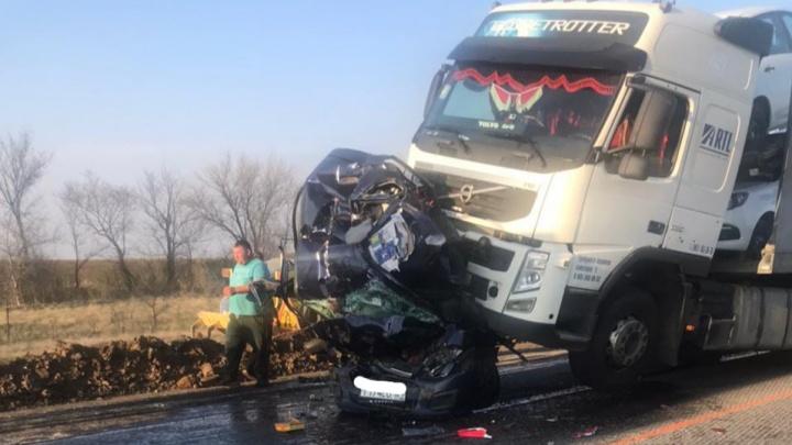 Легковушка — всмятку, трое погибших: в ДТП на трассе под Волгоградом погибли супруги из Ростовской области