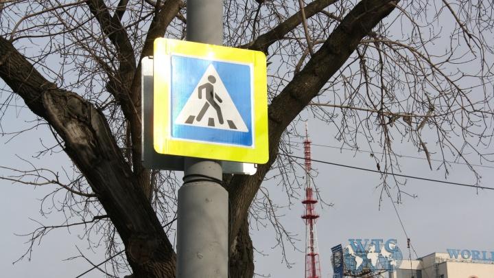 В Екатеринбурге открыли пешеходный переход в месте, где люди бегали через дорогу к остановке