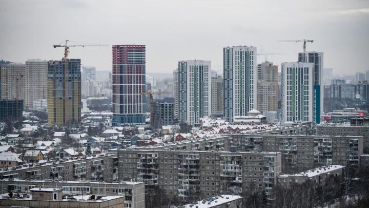 «Навальный — вор». После смены управляющей компании в «Московском квартале» разрисовали стены подъезда