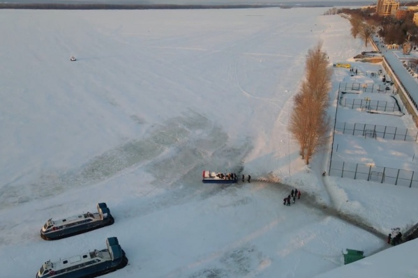 Суда на подушке позволяют безопасно пересечь замерзшую реку
