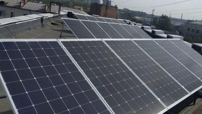 Сэкономят на платежах и сберегут экологию: на крыше одного из офисов города появились солнечные панели