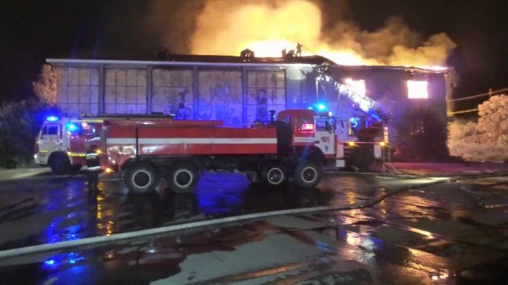 На Широкой Речке крупный пожар: загорелось здание бывшего клуба