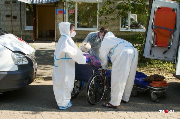 В больницу много привозят пожилых людей с коронавирусом