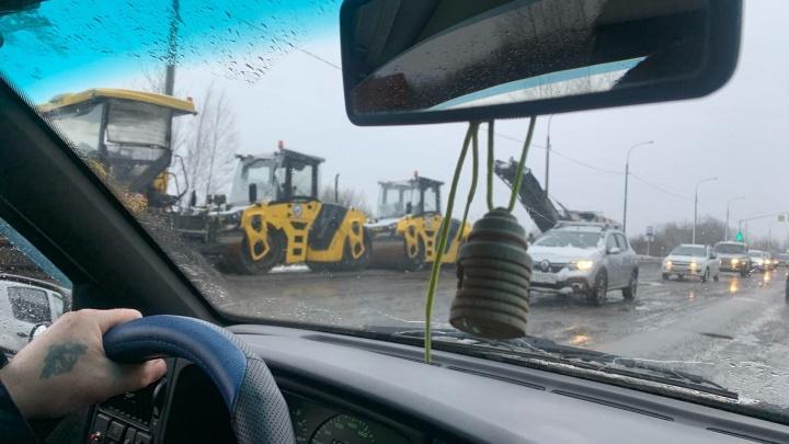 """«Дождались """"благоприятной погоды""""»: в Ярославле пожаловались на укладку асфальта в дождь"""