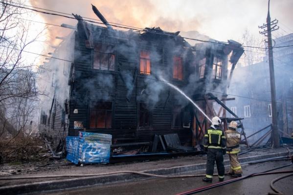 Локализовать пожар в доме Брагина удалось примерно за час