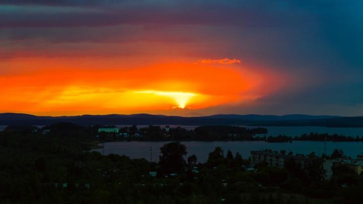 Словно за городом началось извержение вулкана: читатели E1.RU запечатлели закат над Екатеринбургом