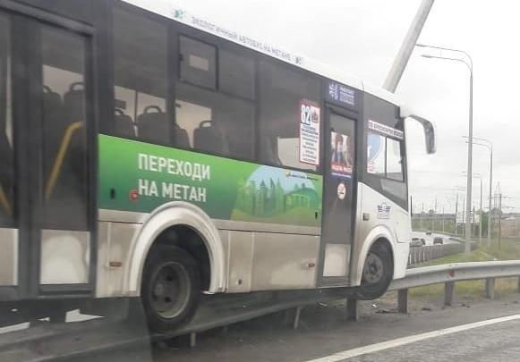В Ростове пассажирский автобус врезался в отбойник между двух дорог