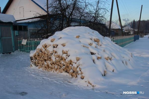 Предусмотрительные жители, зная о проблемах с газом, запаслись дровами
