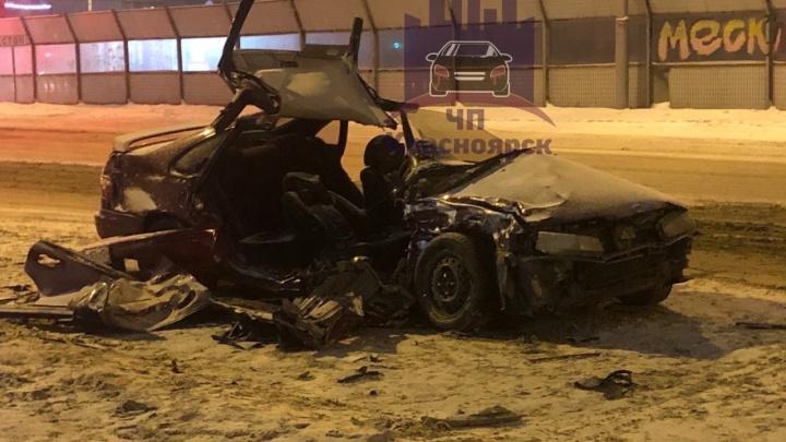 На Мужества водителя седана занесло под встречное авто: его зажало в салоне с переломанными ногами