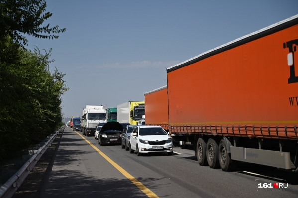 Из-за аварии проезд за Аксайским мостом затруднен