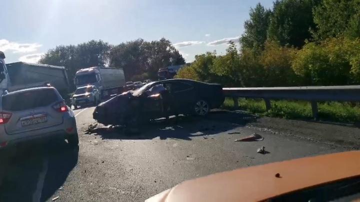 На въезде в Богданович столкнулись легковушка и грузовик