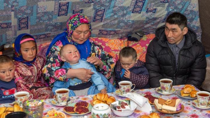Кочевую семью с 11 детьми из НАО наградили орденом «Родительская слава». С ними пообщался Путин