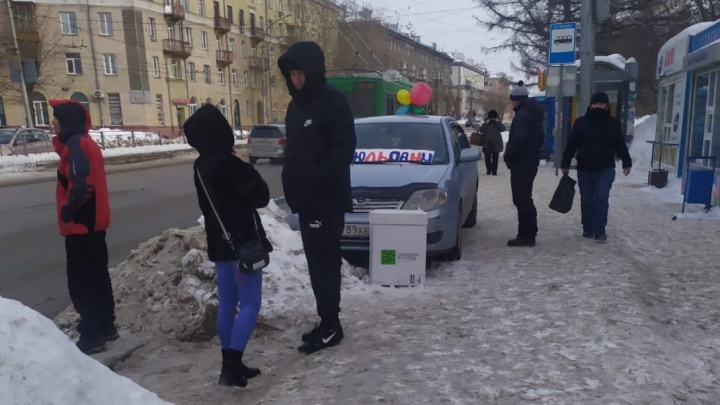Торговцы тюльпанами на своих машинах оккупировали тротуары Новосибирска