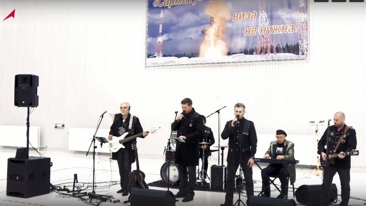 """«""""Сармату"""" виза не нужна»: красноярская группа исполнила перед Рогозиным песню в честь новой ракеты"""