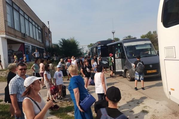 Больше сотни детей спешно вывезли из лагеря, когда огонь начал подступать к его окрестностям