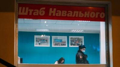 Полиция в омском штабе Навального: как это было в 10фотографиях