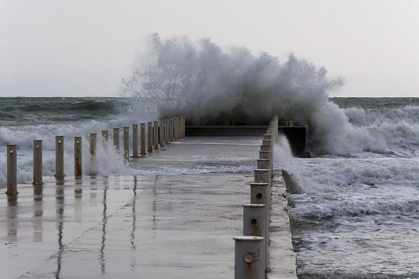 К пирсам сейчас опасно подходить, волны могут слизнуть в воду