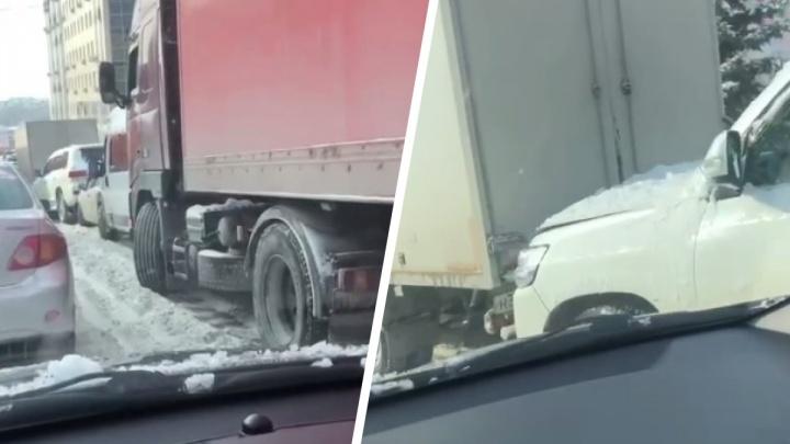 На Добролюбова фура врезалась в микроавтобус — по цепочке друг в друга въехали семь машин