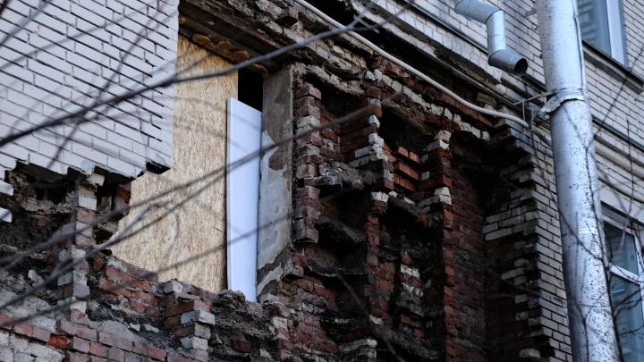 «Мы просто сидели и вдруг услышали грохот»: в Челябинске у дома обрушилась часть стены