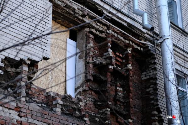 Часть стены обрушилась в доме на улице Худякова, 13