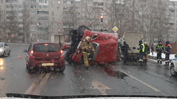 «Прошила бочину автобусу»: в Ростове Великом посреди города опрокинулась фура