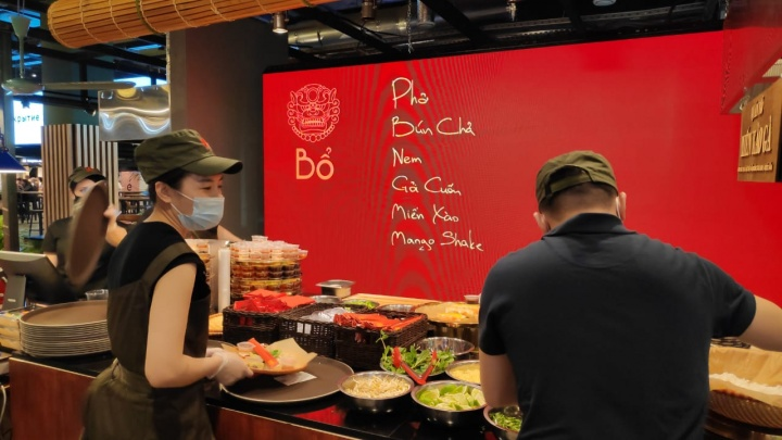 В Екатеринбурге открылся известный ресторан из Москвы, где за тарелкой супа выстраиваются огромные очереди