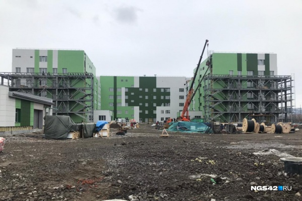 """Строительство новокузнецкой инфекционной больницы должны завершить до <nobr class=""""_"""">300-летия Кузбасса</nobr>. Сейчас главный корпус больницы выглядит так"""