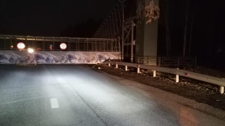 На ЕКАД рухнул пешеходный мост. По дороге не проехать в оба направления
