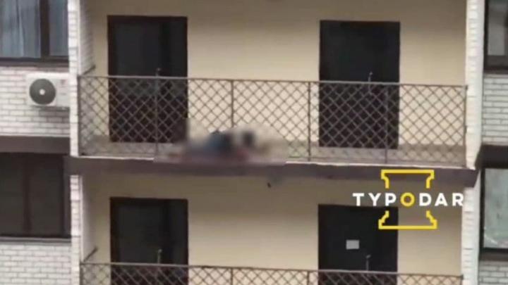 На балконе краснодарской многоэтажки нашли тело мужчины, он совершил самоубийство — источник