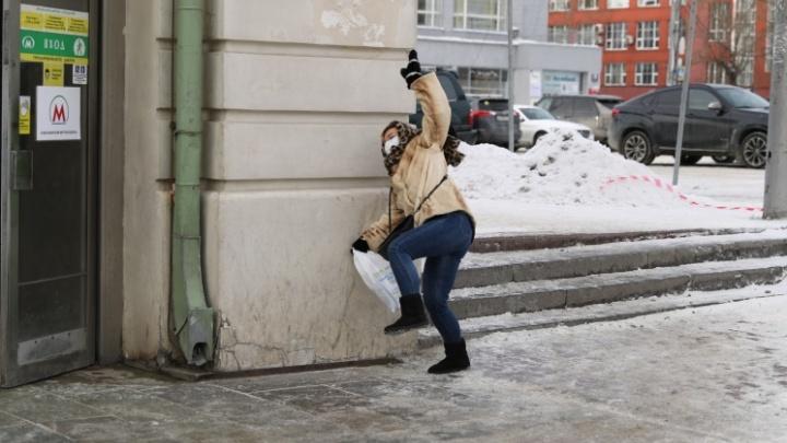 «Занимаются фейковой безопасностью»: как новосибирец борется со льдом на тротуарах — два случая из жизни