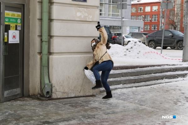 Александр Ощепков спустился в метро и попросил огородить опасный спуск, но на его просьбу никто не откликнулся