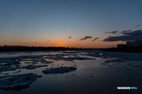 Женщина находилась на Ленинградском мосту, но не запомнила, как оказалась в реке