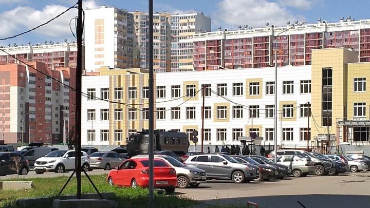 В Челябинске силовики нагрянули на стройку школы, о которой рассказывали Медведеву