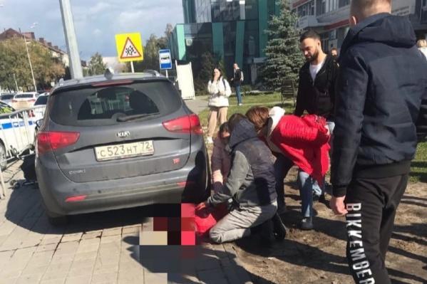 Две девочки, сестренки, находились на пешеходной части вместе с родителями, когда на них наехала машина