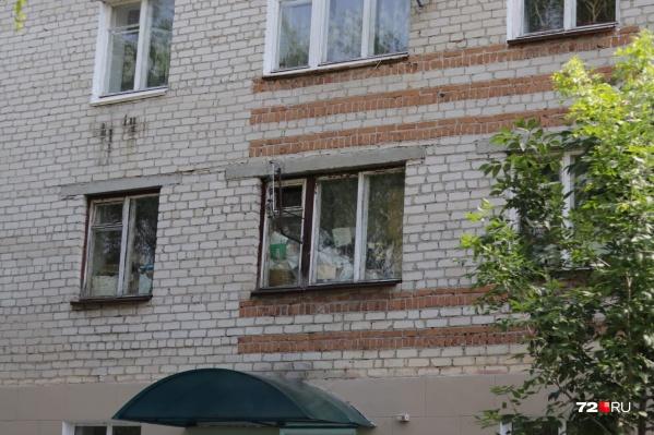 Окна наполовину завалены мусором