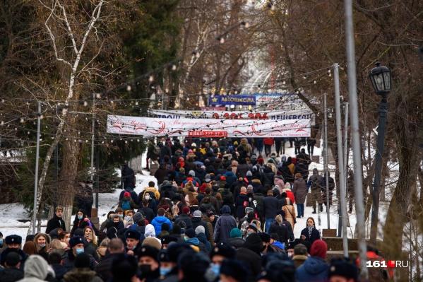 Протестующие от публичной библиотеки пошли к парку Горького