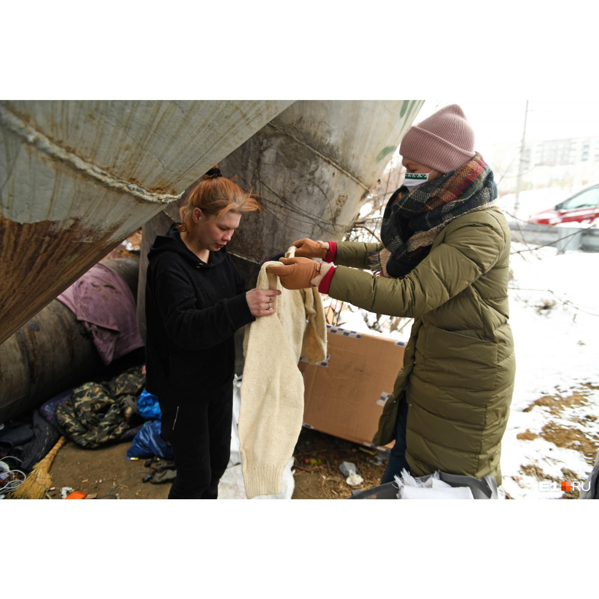 Благодаря теплым вещам, которые передают благотворители, бездомные могут пережить зиму