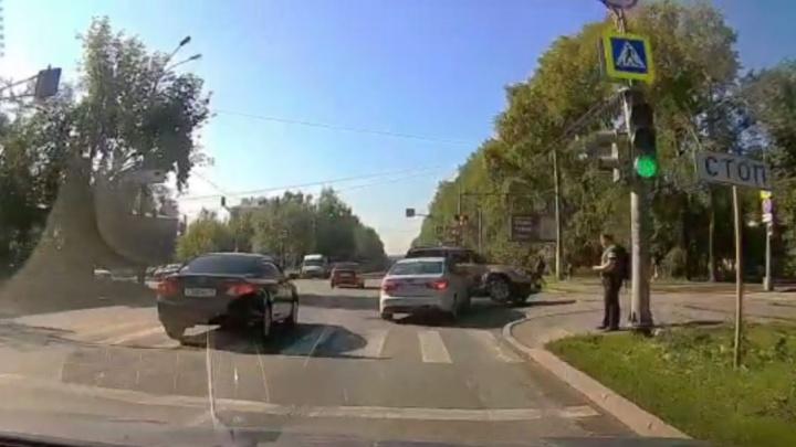 Момент аварии на Вторчермете, где пострадал двухлетний малыш, попал на видео