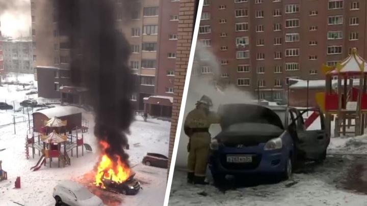 В одном из дворов Академгородка выгорела иномарка — рядом с ней нашли автоодеяло