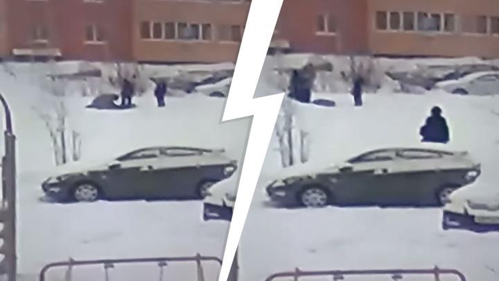 «Повалил чужого ребенка и сказал сыну бить»: конфликт на детской площадке в Новосибирске попал на видео