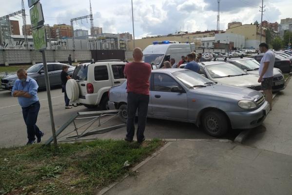 На месте происшествия собралось много неравнодушных людей, готовых оказать помощь