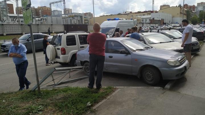 У новосибирского водителя случился приступ эпилепсии за рулем — он снес забор и задел две машины