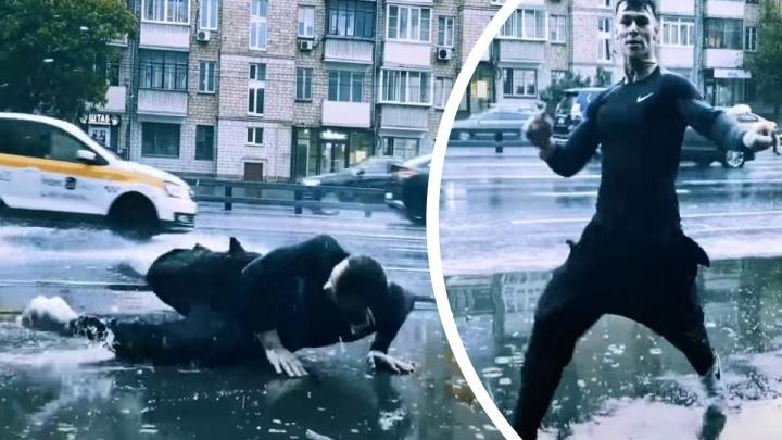 Упал в лужу и попал в тренды YouTube: уральский рэпер Niletto снял клип под дождем на новую песню