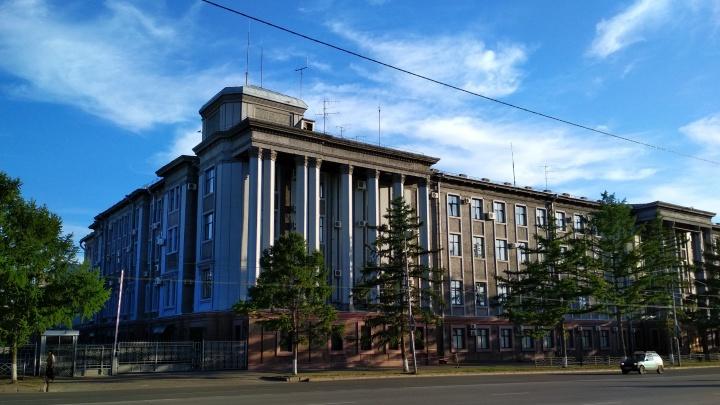 Перед зданием омского ФСБ лиственницы заменят на голубые ели