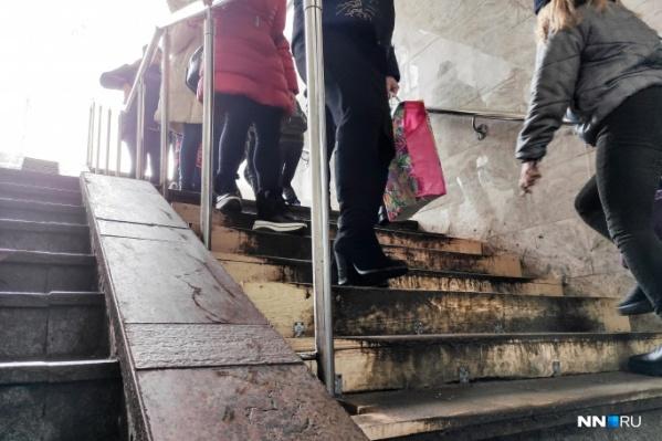 """В прошлом году ступени в подземном переходе на площади Революции вместо ремонта <a href=""""https://www.nn.ru/text/gorod/2020/02/28/68989735/"""" target=""""_blank"""" class=""""_"""">закрыли досками</a>"""