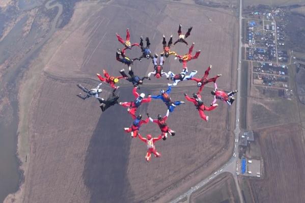 Спортсменов в воздух поднял самолетАн-26 и вертолет Ми-8