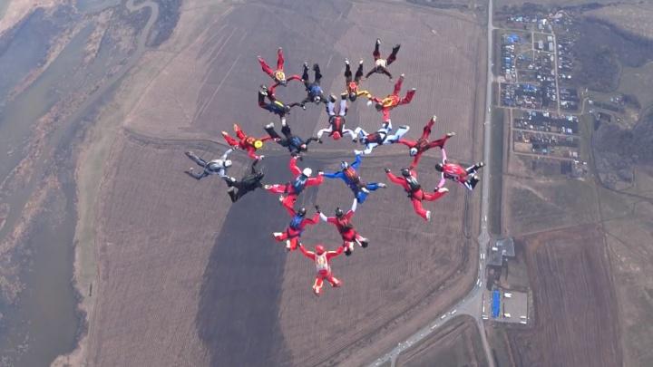 На трехкилометровой высоте парашютисты показали два символа Победы
